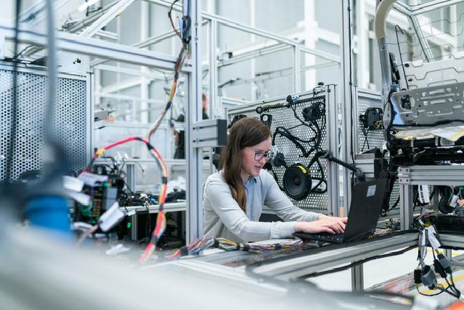 vrouw werkt op computer