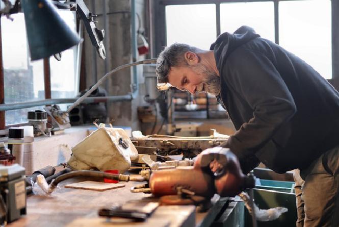 Man In Werkplaats Hybride Docent
